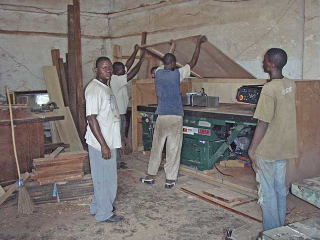 Ouvriers de la menuiserie de M'PILA à Brazzaville, œuvre marianiste au Congo