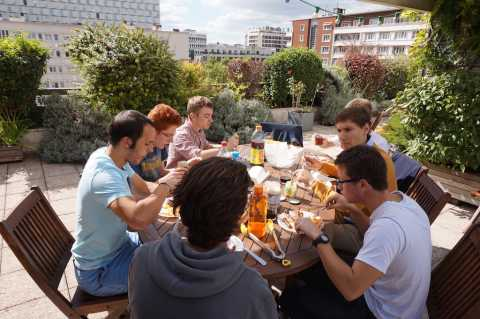 Premier repas des étudiants sur la terrasse